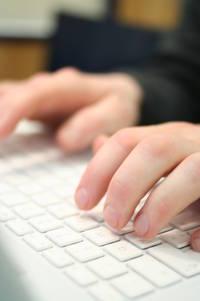 Hände mit Tastatur